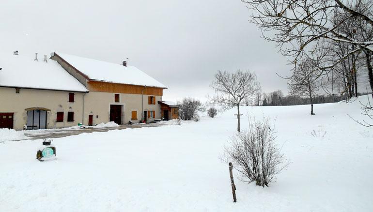 vue-exterieure-gite-jura-bonlieu-hiver-2